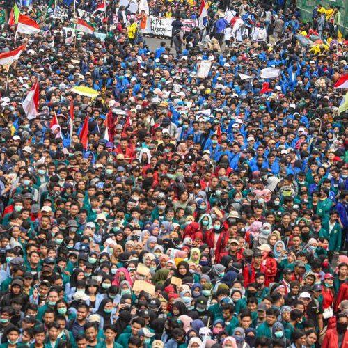 Mahasiswa dari berbagai perguruan tinggi di Indonesia melakukan aksi unjuk rasa di depan kompleks Parlemen, Senayan, Jakarta, Selasa (24/9/2019). ANTARA FOTO/Muhammad Adimaja/wpa.